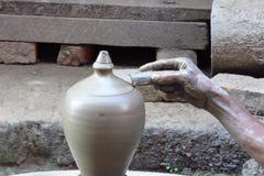 Close-up van de hand van een lokale pottenbakker die een kleivaas, Bhaktapur, Nepal creëren royalty-vrije stock afbeelding