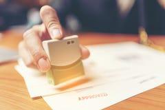 Close-up van de Hand van een Persoon het Stempelen met Goedgekeurde Zegel op Docu stock foto's