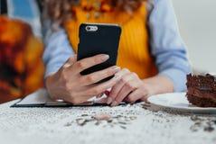 Close-up van de hand van het meisje met telefoon Royalty-vrije Stock Foto's