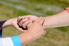 Close-up van de handen die van de verpleegster de impuls van iemand controleren stock afbeelding