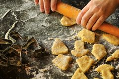 Close-up van de handen die van de vrouw met deeg werken en koekjes maken stock foto