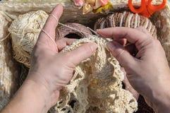 Close-up van de handen van de vrouw het haken Stock Afbeelding