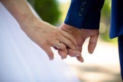 Close-up van de handen van een paar op een gang Stock Foto