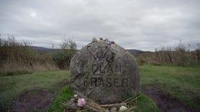 Close-up van de herdenkingssteen voor Clan Fraser, bij het Culloden-Slagveld wordt geschoten dat stock footage