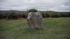 Close-up van de herdenkingssteen voor Clanmackintosh, bij het Culloden-Slagveld wordt geschoten dat stock videobeelden