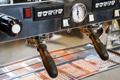 Close-up van de hoogste machine die van de kwaliteitsespresso wordt geschoten royalty-vrije stock fotografie