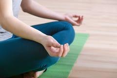 Close-up van de houdingen van de handyoga voor meditatie stock fotografie