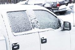 Close-up van de ijzige sneeuwvensters die van de autovrachtwagen moeten worden geschaafd royalty-vrije stock foto
