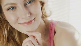 Close-up van de jonge aantrekkelijke vrouw van A Natuurlijke de camera bekijken en verlichting die, die glimlachen stock videobeelden