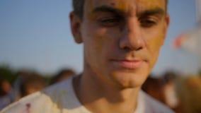 Close-up van de jonge mens die pret op het Holi-Festival hebben stock video