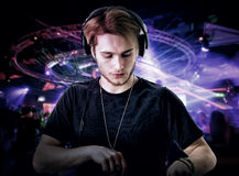 Close-up van de jonge speelmuziek van DJ in club Stock Foto