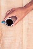 Close-up van de koffie van de zakenmanholding Stock Foto's