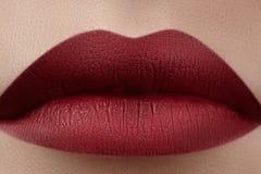Close-up van de lippen van de vrouw met manier rode samenstelling Mooie vrouwelijke mond, volledige lippen met perfecte make-up K Royalty-vrije Stock Afbeelding