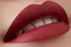 Close-up van de lippen van de vrouw met manier rode samenstelling Mooie vrouwelijke mond, volledige lippen met perfecte make-up K Stock Fotografie
