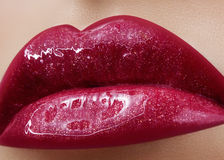 Close-up van de lippen van de vrouw met manier rode samenstelling Mooie vrouwelijke mond, volledige lippen met perfecte make-up Stock Fotografie