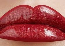 Close-up van de lippen van de vrouw met manier rode samenstelling Mooie vrouwelijke mond, volledige lippen met perfecte make-up Royalty-vrije Stock Foto's