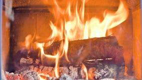Close-up van in de loop van de dag het branden van brandhout in een eigengemaakt modern fornuis achter een vuurvast glas Milieuvr stock videobeelden