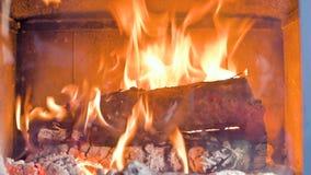 Close-up van in de loop van de dag het branden van brandhout in een eigengemaakt modern fornuis achter een vuurvast glas Milieuvr stock footage