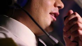 Close-up van de mannelijke proefdetails van de rapporteringsvlucht aan controlemechanisme, vervoersdiensten stock video