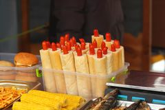 Close-up van de marktkraam van het straatvoedsel met Franse stijlhotdogs in een dienblad stock foto
