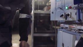 Close-up van de mens die installerend elektrische meter eindigen stock footage