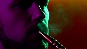 Close-up van de mens die traditionele waterpijp roken stock footage