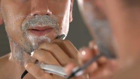 Close-up van de mens die zijn gezicht scheren stock videobeelden