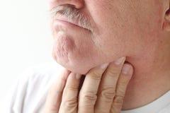 Close-up van de mens met keelpijn stock foto