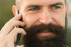 Close-up van de mens met telefoon Stock Fotografie