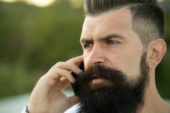 Close-up van de mens met telefoon Stock Foto's