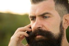 Close-up van de mens met telefoon Royalty-vrije Stock Foto's
