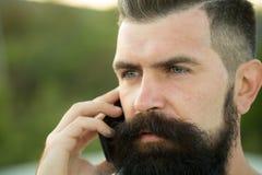 Close-up van de mens met telefoon Royalty-vrije Stock Afbeeldingen