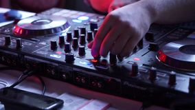 Close-up van de mixercontrolemechanisme van DJ in club stock footage