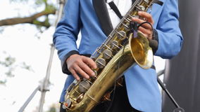 Close-up van de musicus het speelsaxofoon Draadloze microfoonsaxofoon Mensenvingers die op sleutels van het muzikale instrument d stock videobeelden