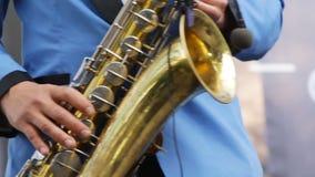 Close-up van de musicus het speelsaxofoon Draadloze microfoonsaxofoon Mensenvingers die op sleutels van het muzikale instrument d stock footage
