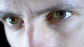 Close-up van de ogen en het gezicht van een jonge mens die bij een computer aan een Zwarte Achtergrond werken stock videobeelden