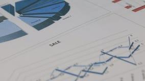 Close-up van de omwenteling van een blauwe grafiek stock videobeelden