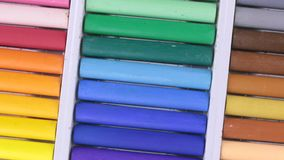 Close-up van de omwenteling van een reeks pastelkleurkleurpotloden stock videobeelden