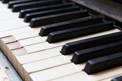 Close-up van de oude ondiepe nadruk van het pianotoetsenbord stock afbeeldingen