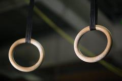 Close-up van de ringen, zoals vast belt of nog, een artistiek gymnastiekapparaat op een lichte vage achtergrond belt Stock Foto's