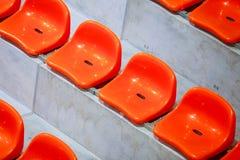 Close-up van de rode zetels van het sportstadion. Lege tribune. De verdediger van de teamsport royalty-vrije stock afbeelding