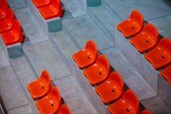 Close-up van de rode zetels van het sportstadion. Lege tribune. De verdediger van de teamsport royalty-vrije stock afbeeldingen