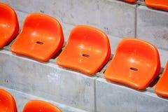 Close-up van de rode zetels van het sportstadion. Lege tribune. De verdediger van de teamsport royalty-vrije stock foto's