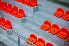 Close-up van de rode zetels van het sportstadion. Lege tribune. De verdediger van de teamsport stock afbeeldingen