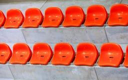 Close-up van de rode zetels van het sportstadion. Lege tribune. De verdediger van de teamsport royalty-vrije stock fotografie