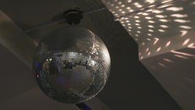 Close-up van de roterende bal van de discospiegel stock footage