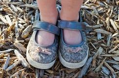 Close-up van de schoenen van een klein meisje Royalty-vrije Stock Fotografie