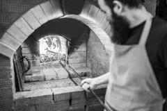 Close-up van de steenkolen, en pook in een Russische oven Royalty-vrije Stock Afbeeldingen
