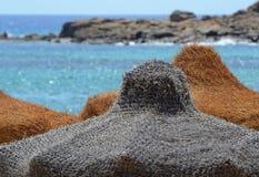 Close-up van de strandparaplu tegen een mooi zeegezicht royalty-vrije stock afbeeldingen