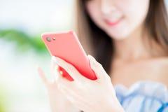 Close-up van de telefoon van het vrouwengebruik royalty-vrije stock foto's